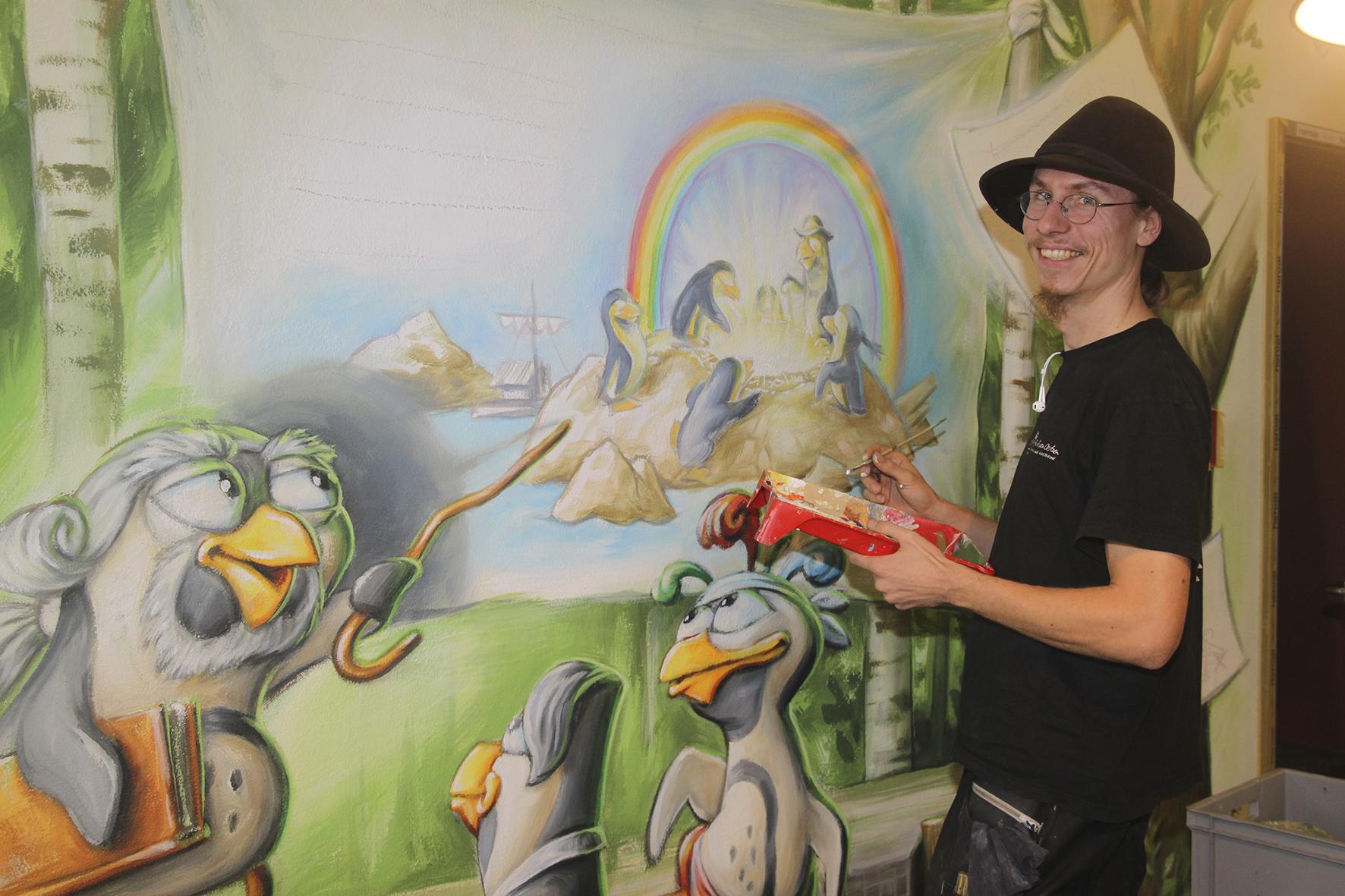 Arvid von Oertzen bei der Arbeit am Live-Wandbild im neuen SPREEWELTEN Bad. (Foto: PR)